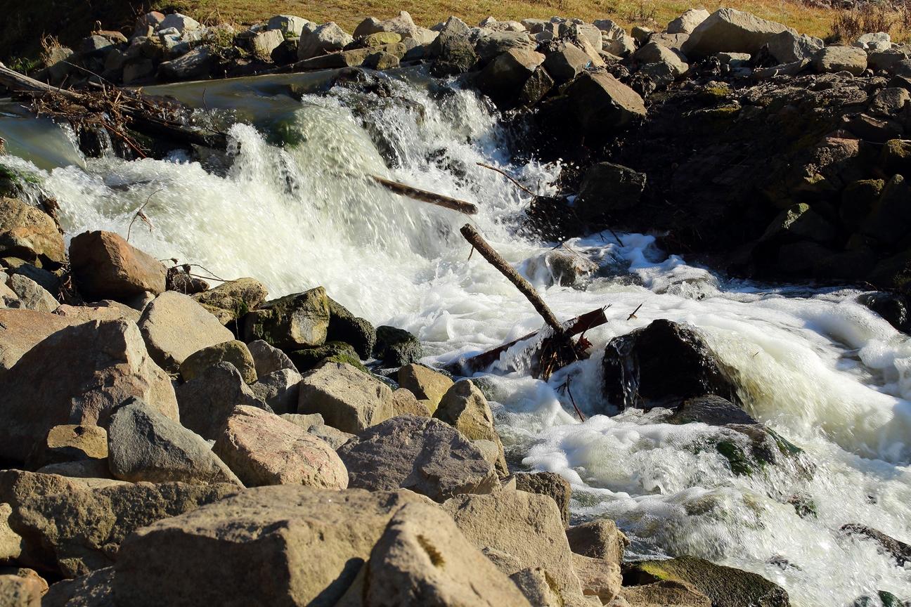 Der Zulauf des Leimbach in den Rhein endet hier mit einem Wasserfall