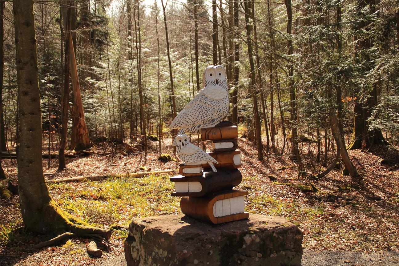 Holzfigur entlang der Wanderwege