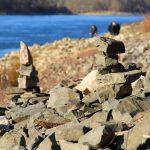 Gestapelte Steine am Rheinufer