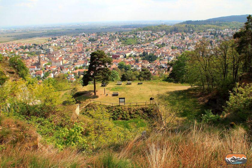 Blick vom Kriemhildenstuhl oberhalb vom Steinbruch über Bad Dürkheim